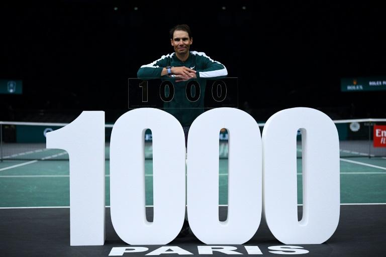 O tenista espanhol Rafael Nadal comemora mil vitórias no circuito ATP ao derrotar seu compatriota Feliciano López na segunda rodada do Masters 1000 em Paris-Bercy, no dia 4 de novembro de 2020