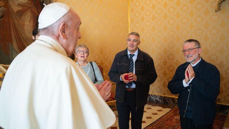 Papa Francisco e o padre Maccalli no Vaticano