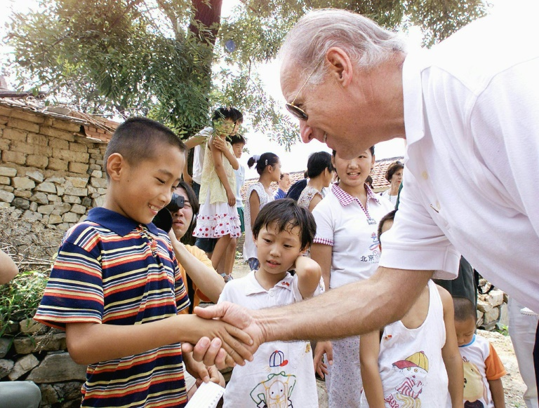 Joe Biden, atual presidente eleito Estados Unidos, com crianças da aldeia chinesa Yanzikou, nos arredores de Pequim, em 2001