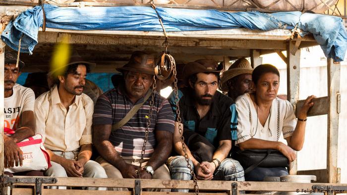 Dira Paes (D) interpreta Pureza, protagonista do filme que denuncia a exploração econômica no país