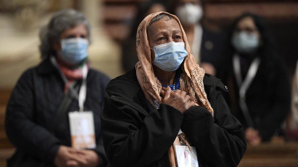 Cem pessoas carentes participaram da celebração representando os pobres do mundo inteiro na Basílica de São Pedro