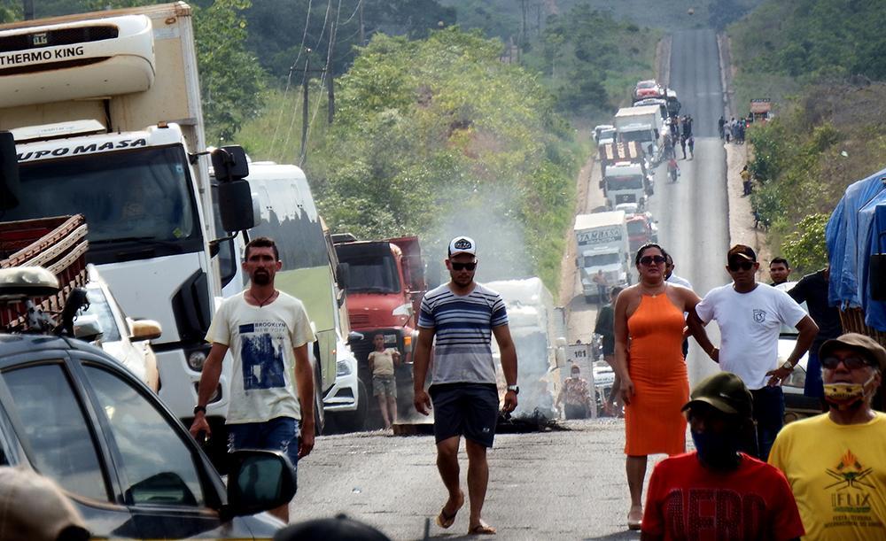 Moradores bloquearam a rodovia Transamazônica em protesto contra a falta de vazão, pois a hidrelétrica tem reduzido o nível do reservatório prejudicando a reprodução dos peixes na região