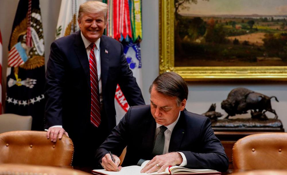 Bolsonaro assina acordo com o colega norte-americano na Casa Branca