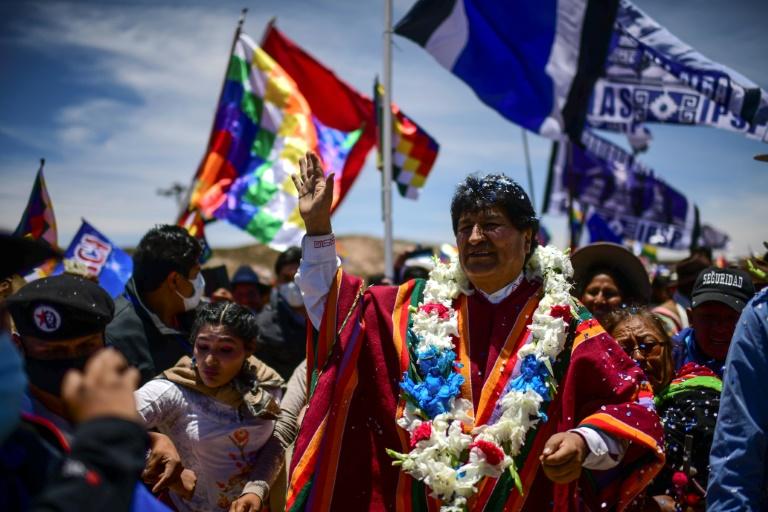 O ex-presidente boliviano Evo Morales rodeado por apoiadores na cidade de Orinoca, em 10 de novembro de 2020