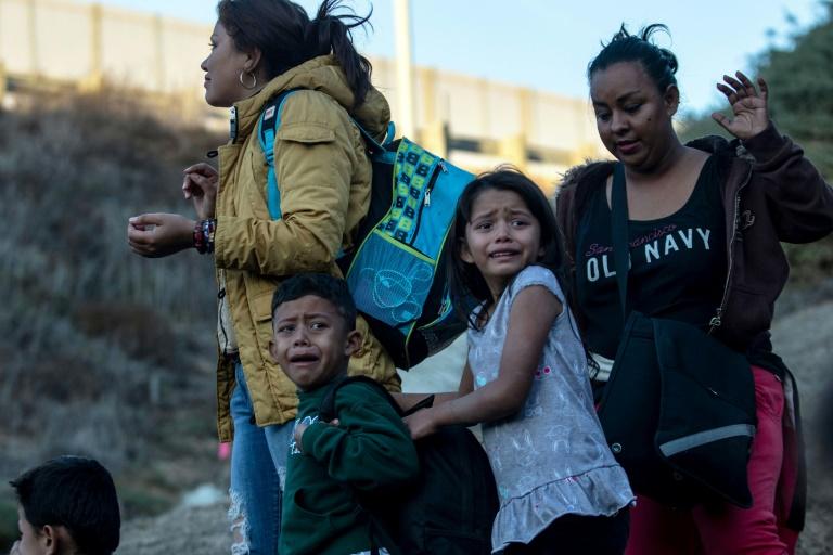 Crianças choram na fronteira entre o México e os Estados Unidos, perto de Playas de Tijuana, em 2 de dezembro de 2018