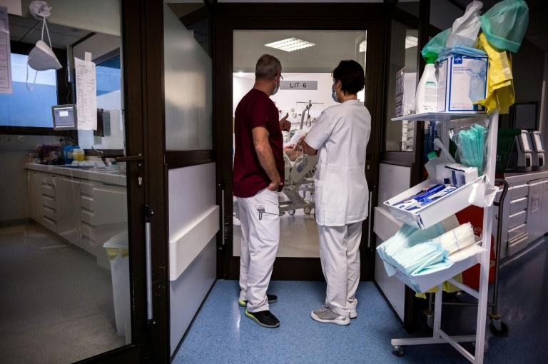 Médicos conversam sobre paciente com Covid-19 em Muret, França, em 16 de novembro
