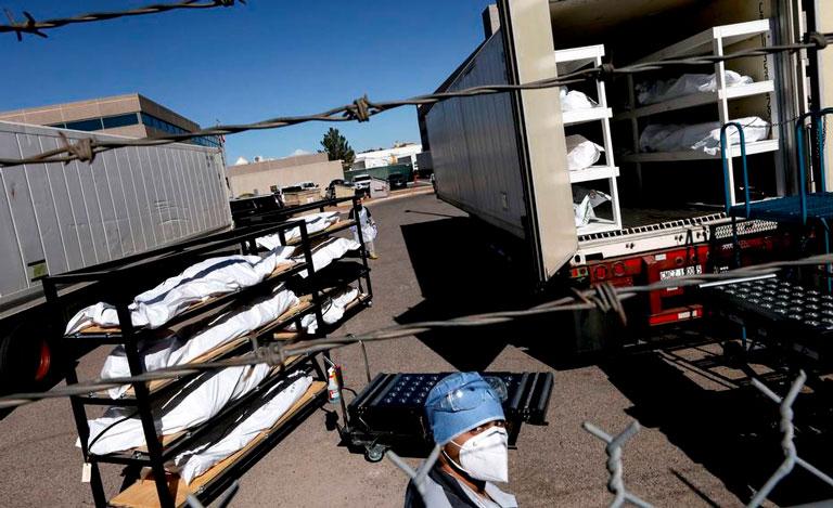 Caminhões refrigerados são carregados por presidiário em El Paso, Texas