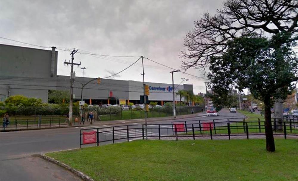 crime aconteceu no estacionamento do supermercado Carrefour localizado no bairro Passo D'Areia, em Porto Alegre (RS)