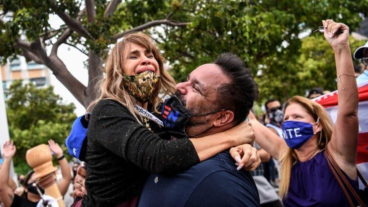 Apoiadores do partido democrata comemoram em Miami em 7 de novembro de 2020, depois que Joe Biden foi declarado o vencedor das eleições presidenciais de 2020