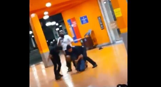 Imagens mostram espancamento brutal de cliente negro