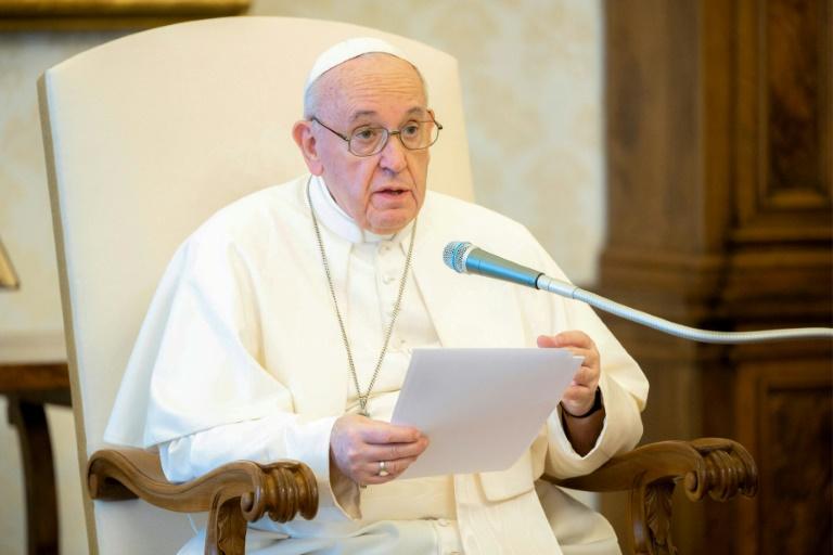 Foto divulgada pela mídia do Vaticano mostra o Papa Francisco em audiência privada no Vaticano