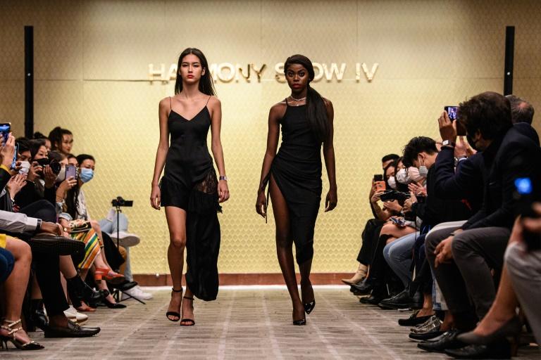 Harmony Anne-Marie Ilunga com outra modelo durante um desfile de moda em Hong Kong, em 6 de novembro de 2020