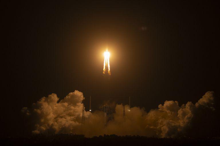 O foguete Longa Marcha-5. Em vídeo, declarações de dois dos participantes da missão