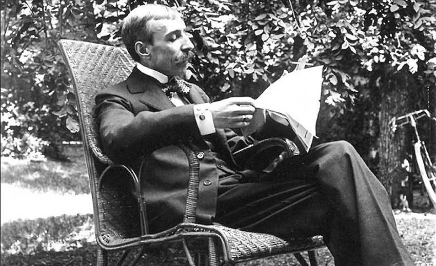 Eça de Queirós no jardim da sua casa em Neuilly, França