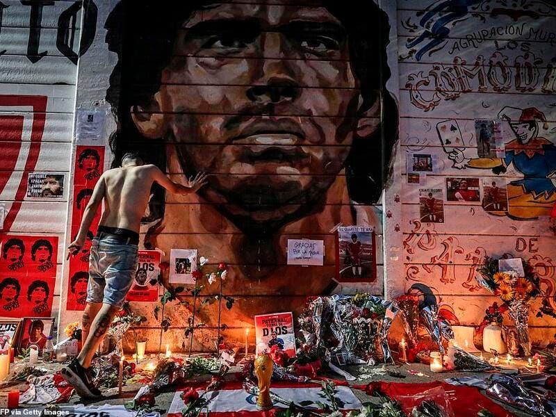 Argentinos se despedem de Maradona, um gênio do futebol mundial