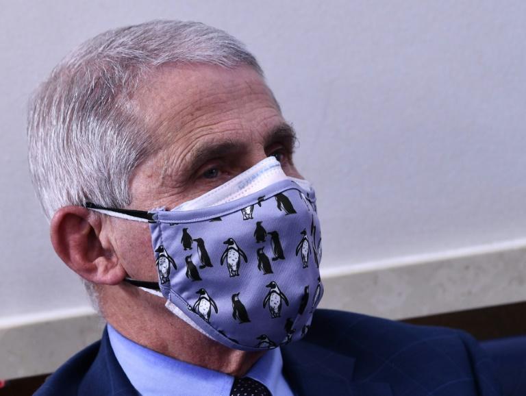 Nesta foto de arquivo, o Diretor do Instituto Nacional de Alergia e Doenças Infecciosas, Anthony Fauci, ouve durante uma coletiva de imprensa da Força-Tarefa Coronavírus da Casa Branca na Sala de Briefing James S. Brady da Casa Branca em 19 de novembro de 2020. Os Estados Unidos devem se preparar para um