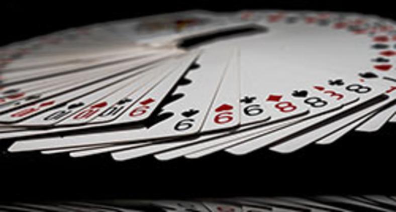 Partidos são descartáveis como um sete de paus no truco (Unsplash/Jarosaw Kwoczaa)