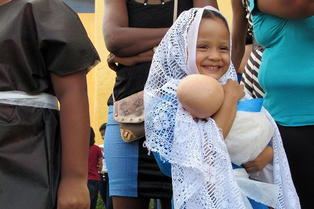Criança em representação teatral durante Natal Solidário em Belém (PA) em 2016