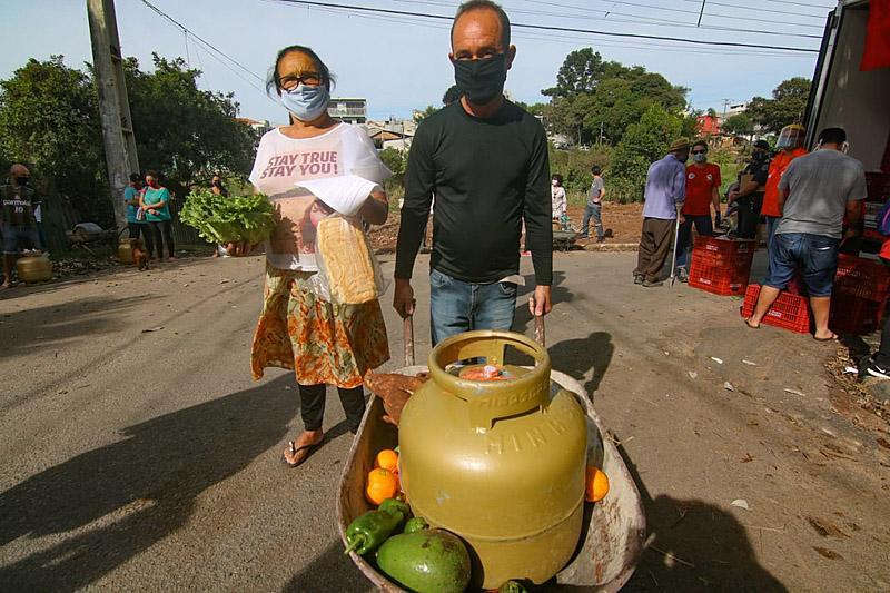 MST e Sindipetro-PR/SC organizam ação na periferia de Curitiba, entregando 400 cargas de gás de cozinha e 15 toneladas de alimentos frescos para os mais carentes