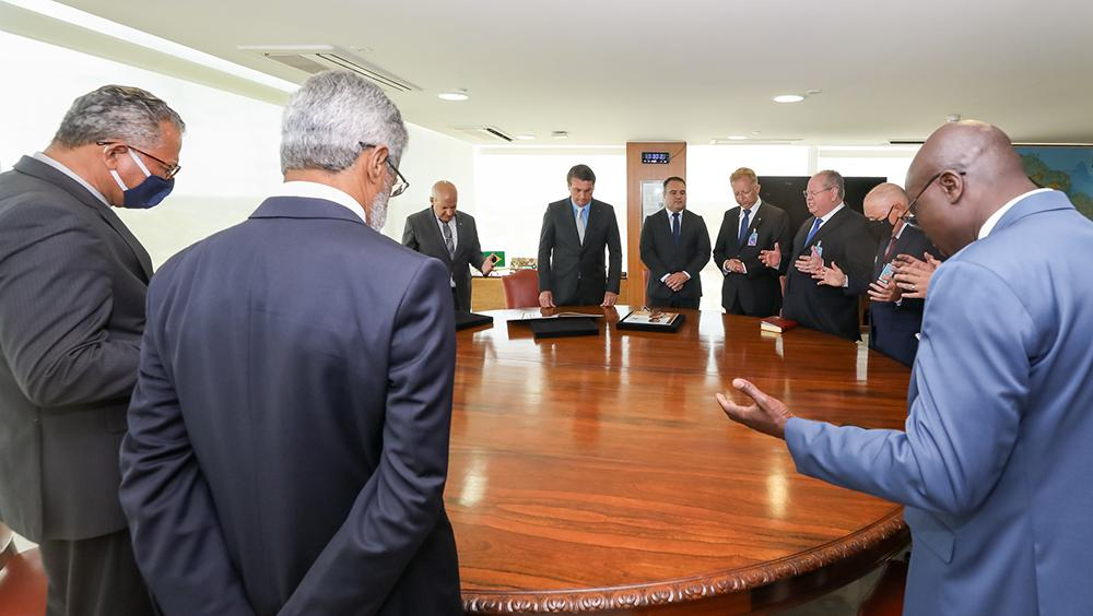 Se tomarmos os parâmetros de alguns religiosos, Jesus seria imoral. Na foto, Bolsonaro durante audiência com presidente da Assembleia de Deus em Santo André