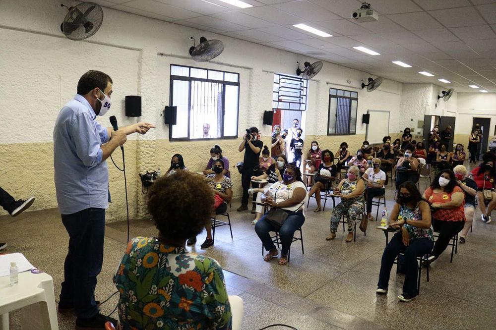 Guilherme Boulos,candidato à prefeitura de São Paulo, durante encontro com mulheres em Itaquera