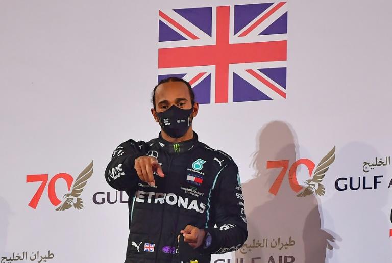 Lewis Hamilton celebra a vitória no GP do Bahrein no domingo, 29 de novembro de 2020