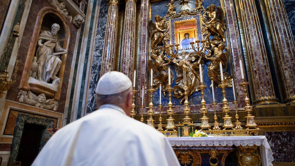 O papa Francisco ora em frente ao ícone mariano 'Salus Populi Romani' na Basílica de Santa Maria Maior em Roma, 15 de março de 2020, durante o 1º pico da pandemia na Itália