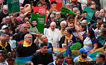 Representantes indígenas da Amazônia e do Vaticano caminham ao lado do papa Francisco durante celebração no Sínodo da Amazônia em Roma - 07/10/2019  (Andreas Solaro/AFP)
