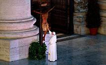 Papa Francisco em oração diante do crucifixo de São Marcello durante a benção Urbi et Orbi (Yara Nardi/AFP)