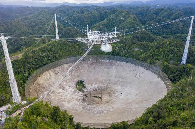 Vista aérea do gigantesco telescópio de Arecibo, em Porto Rico