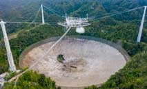 Vista aérea do gigantesco telescópio de Arecibo, em Porto Rico (Ricardo Arduengo/AFP)