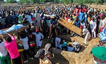 Produtores rurais são enterrados em um funeral coletivo, após ataque do Boko Haram no nordeste da Nigéria (Audu Marte/AFP)