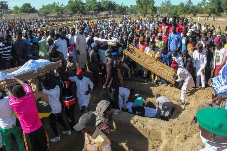 Produtores rurais são enterrados em um funeral coletivo, após ataque do Boko Haram no nordeste da Nigéria
