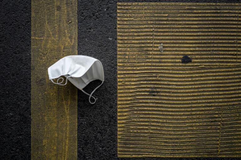 Máscara descartada, em um estacionamento em Lausanne, em 30 de novembro de 2020, em meio a um novo surto de Covid-19