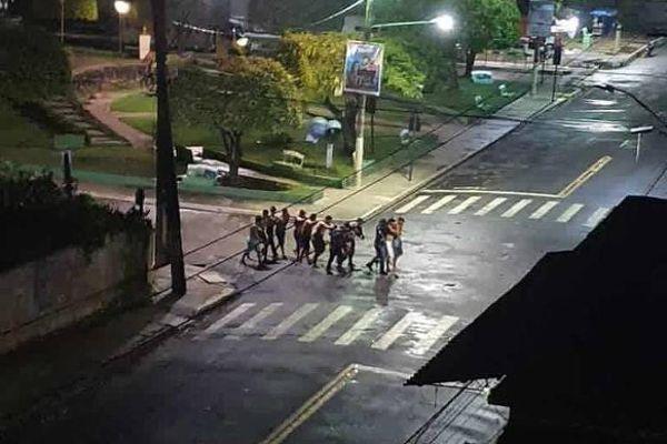 Vídeos compartilhados por moradores também mostram um grupo de reféns sendo conduzidos pelos suspeitos e o som de disparos na Praça Central da cidade