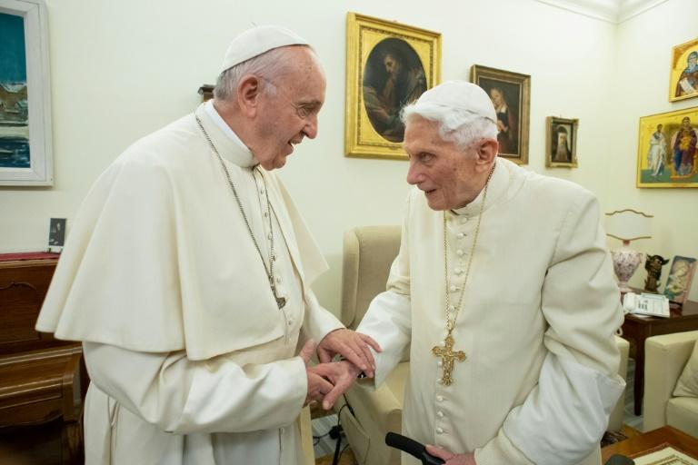 (Arquivo) Papa Francisco (esq.) e o papa emérito, Bento XVI, reunidos em 21 de dezembro de 2018 no Vaticano