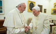(Arquivo) Papa Francisco (esq.) e o papa emérito, Bento XVI, reunidos em 21 de dezembro de 2018 no Vaticano (Handout/AFP)