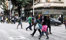 Especialistas apontam a circulação de pessoas a lotação de bares como causas da alta (Adão de Souza/PBH)