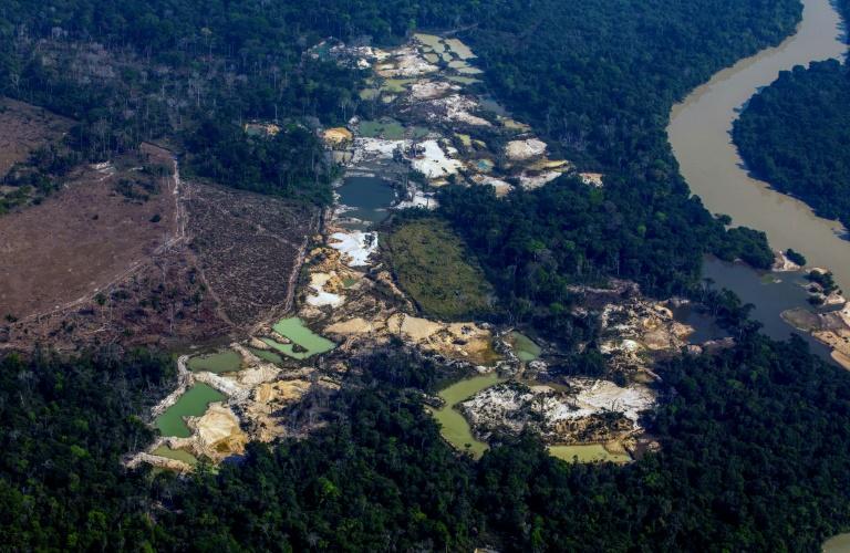 Vista aérea do garimpo ilegal Esperança IV, perto do território indígena Menkragnoti na Bacia Amazônica
