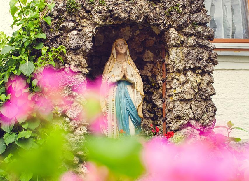 O catolicismo reservou um lugar todo especial à Maria: na devoção popular, na devoção oficial, na teologia