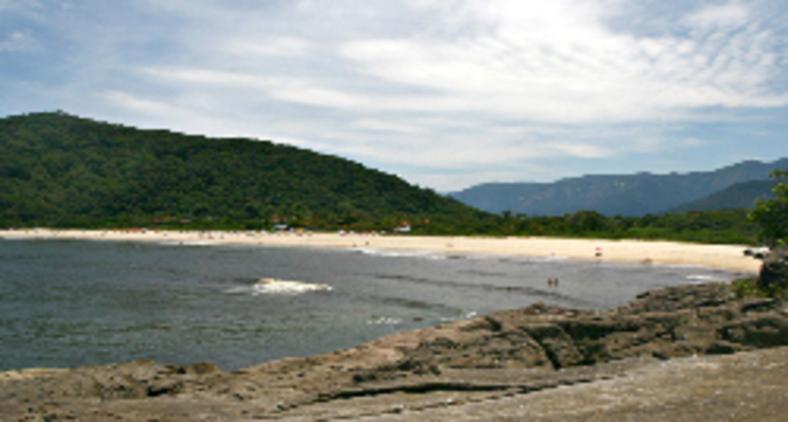 Praia da Jureia pequena e reservada, mas oferece um visual exuberante, seja pela beleza do mar, seja pelo belo entorno, com Mata Atlântica abundante e preservada (Miguel Schincariol)