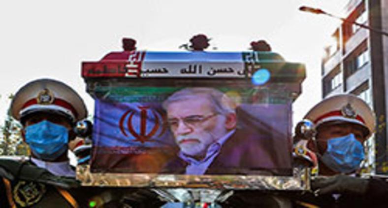 Membros das forças iranianas carregando o caixão do importante cientista nuclear morto, Mohsen Fakhrizadeh, durante sua cerimônia fúnebre na capital do Irã, Teerã (Divulgação/Ministério da Defesa Iraniano/AFP)