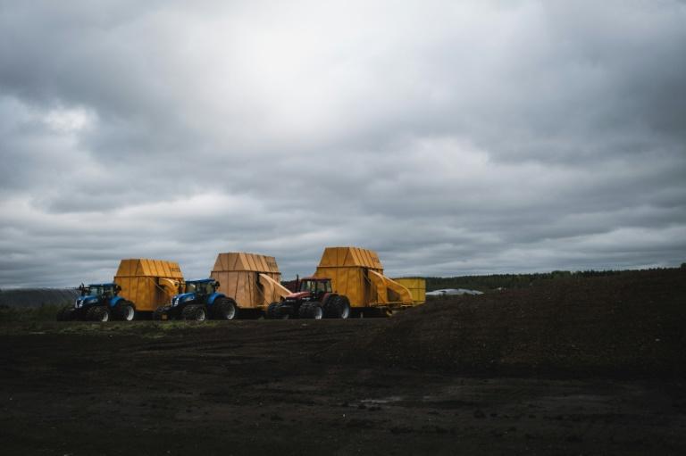 Tratores e máquinas de produção nos campos de turfa de Taisto Raussi em Sippola, Finlândia