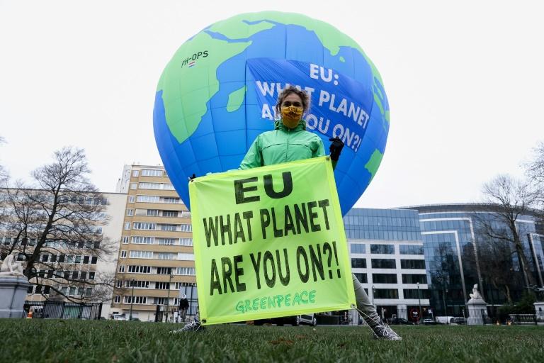 Ativista do Greenpeace com faixa