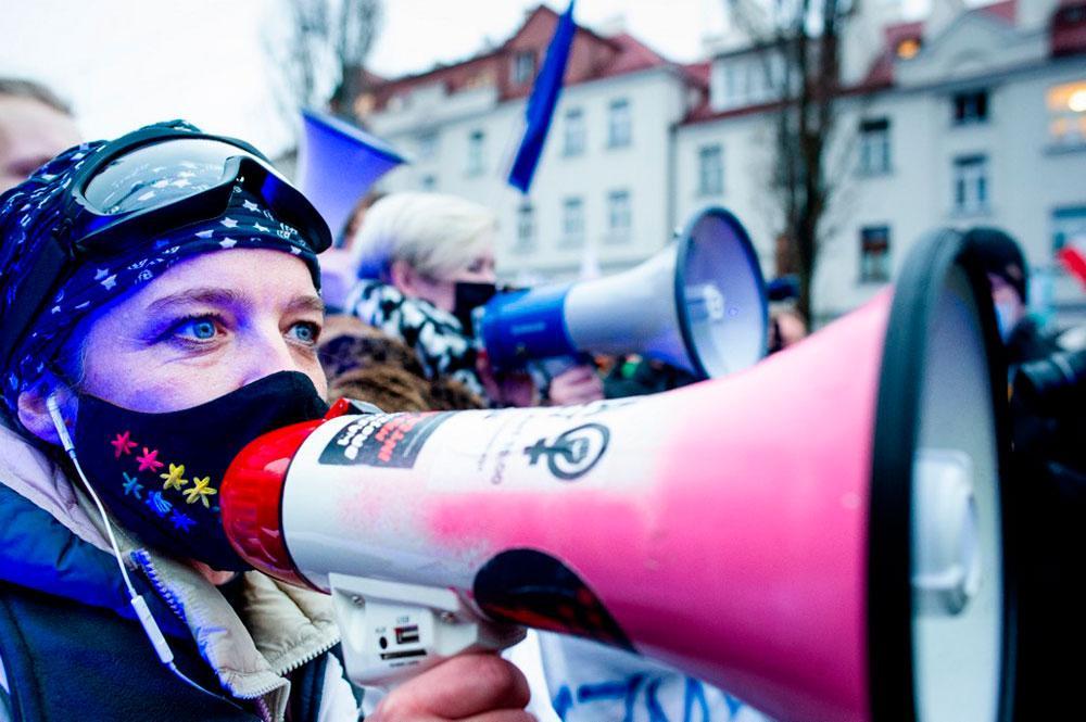 Pessoas participam de um protesto contra a lei antiaborto, em Varsóvia, Polônia, em 13 de dezembro de 2020