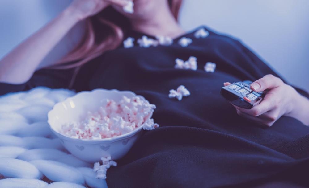 A televisão, com sua capacidade (e necessidade) de agir em cima do lance, adaptou-se à nova conjuntura de maneira como o cinema nunca poderia