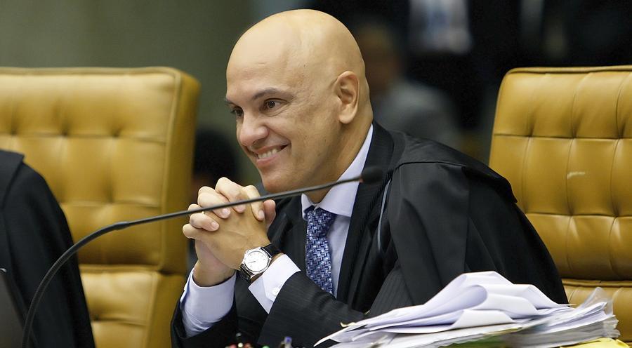 Ministro comanda inquéritos que podem complicar situação de Bolsonaro