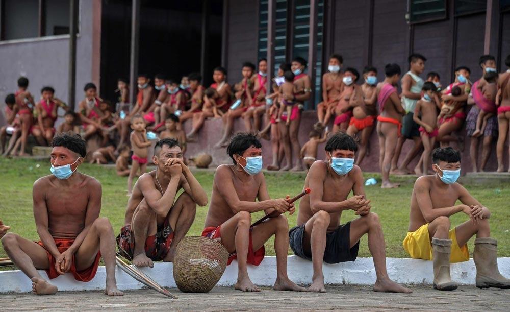 Os yanomami em posto de saúde na Terra Indígena: pandemia chegou com o garimpo