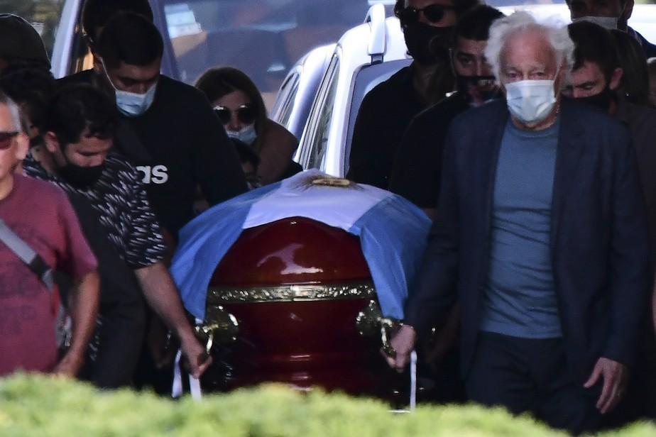 Maradona é enterrado ao lado dos pais em cerimônia com 25 pessoas