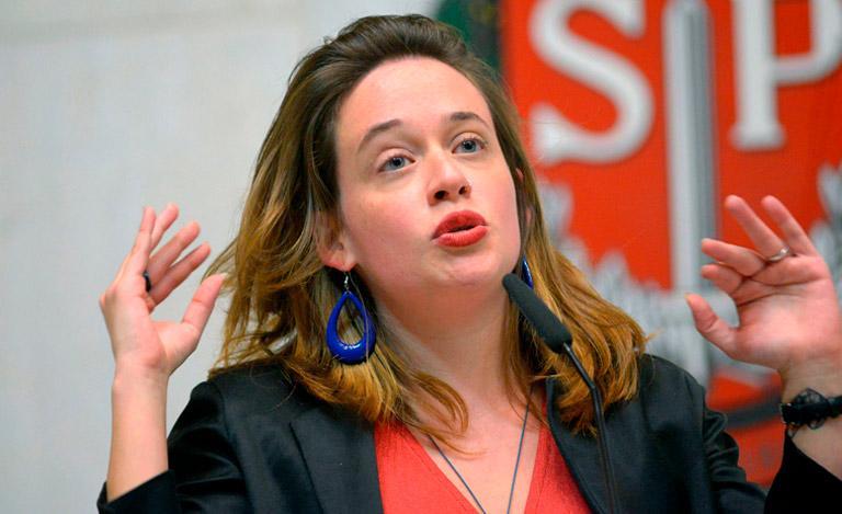 A deputada Isa Penna afirma que colega colocou a mão e seu seio e que nem o conhece